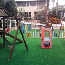 playground com grama sintetica